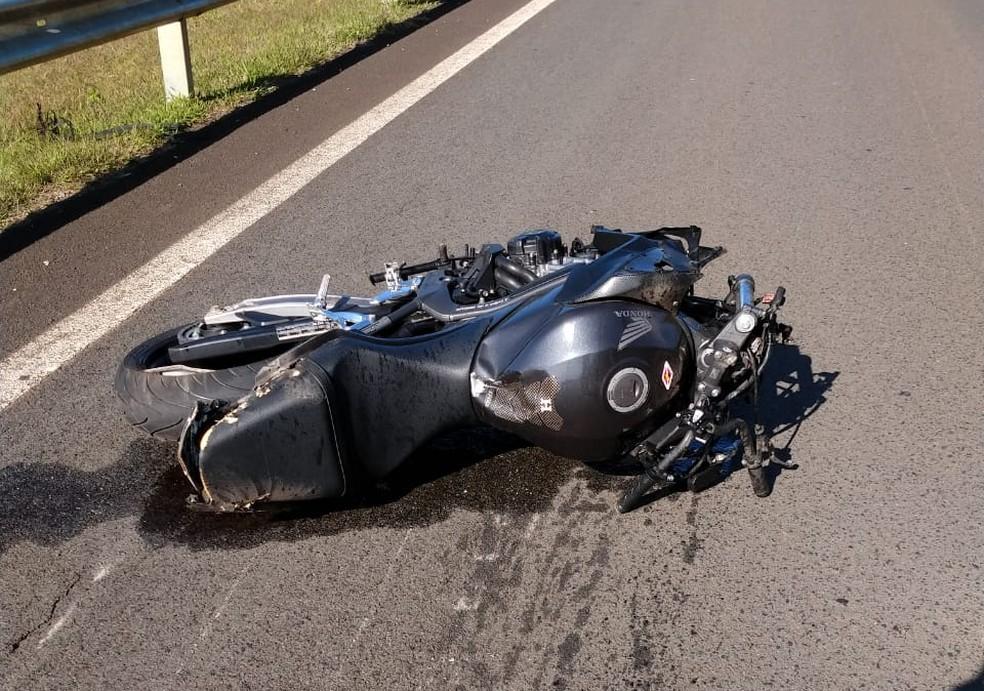 Uma segunda moto também se envolveu no acidente e motociclista se feriu com gravidade — Foto: Acontece Botucatu/Divulgação