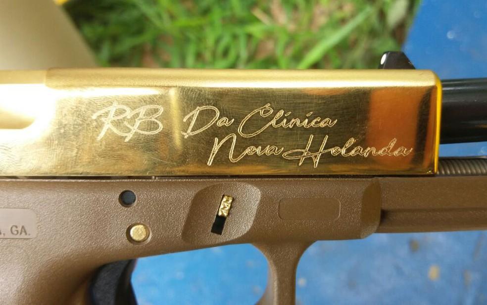 Pistola dourada com nome da comunidade estava no meio do material apreendido (Foto: Reprodução/Polícia Rodoviária Federal)