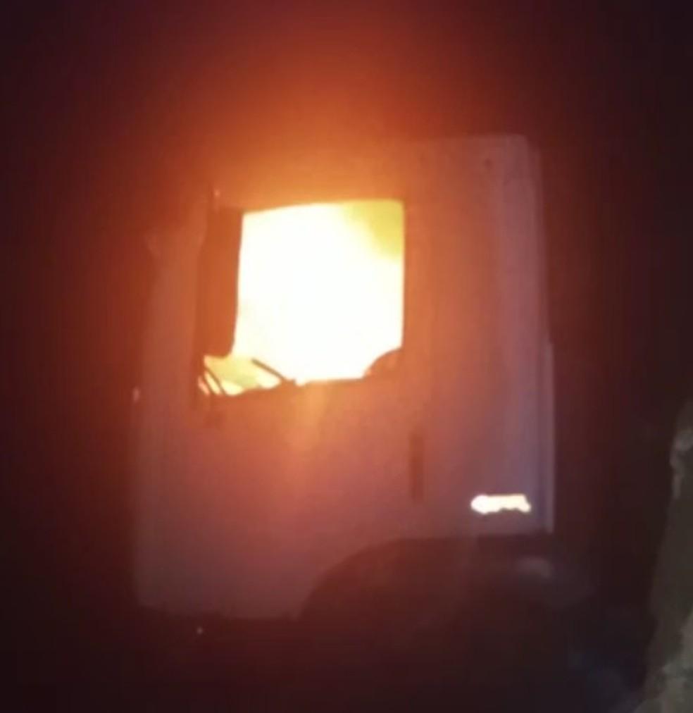 Caminhão de madeireiros invasores é incendiado por indígenas no Pará — Foto: Reprodução / TV Liberal