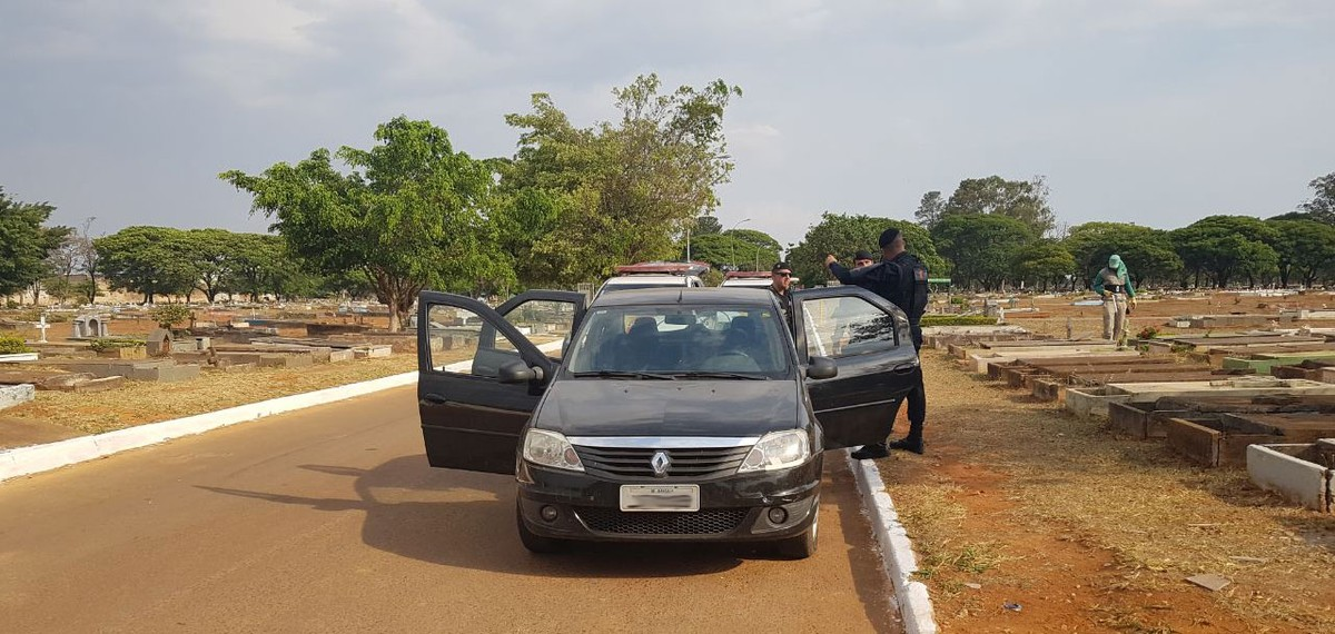 Homem é preso em cemitério no DF após roubar carro para ir a enterro, diz PM