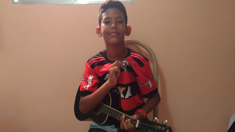 """Victor Alessandro é torcedor do Flamengo e gravou versão de """"Em dezembro de 81"""" com amigo — Foto: Anderlanio Vieira"""