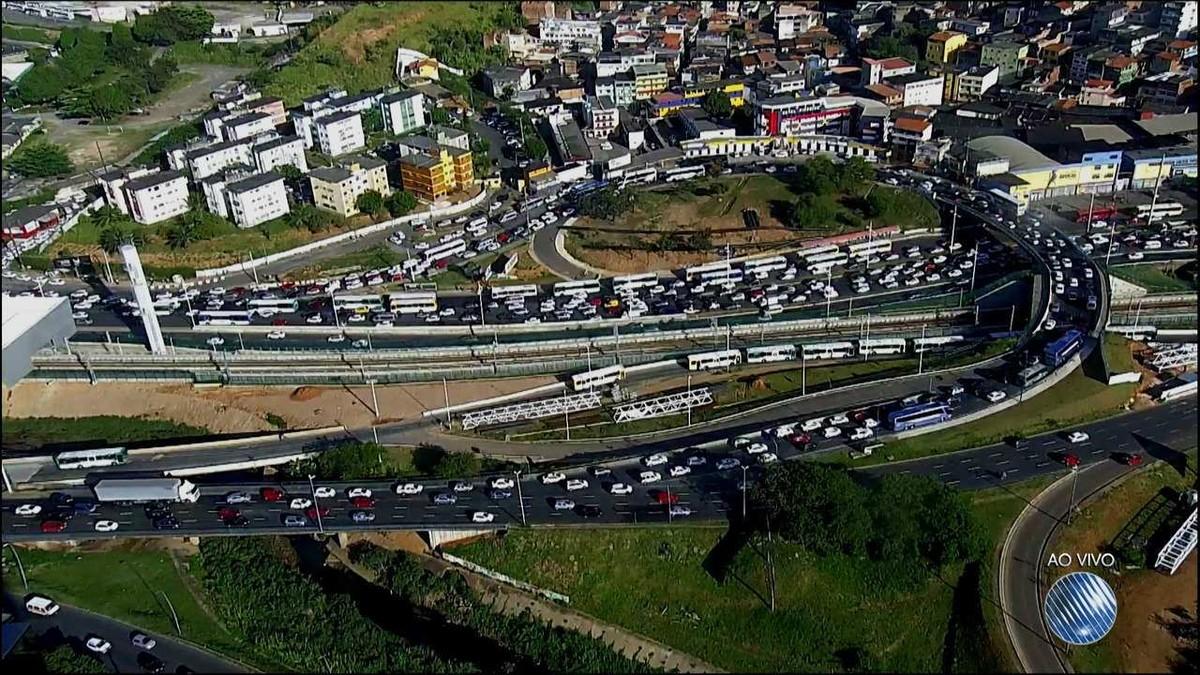 Retorno de feriado prolongado deixa trânsito lento na região da rodoviária, em Salvador