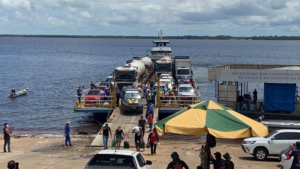 Comboio atravessou o Rio Negro de balsa até o porto da Ceasa, em Manaus. — Foto: Patrick Marques/G1 AM