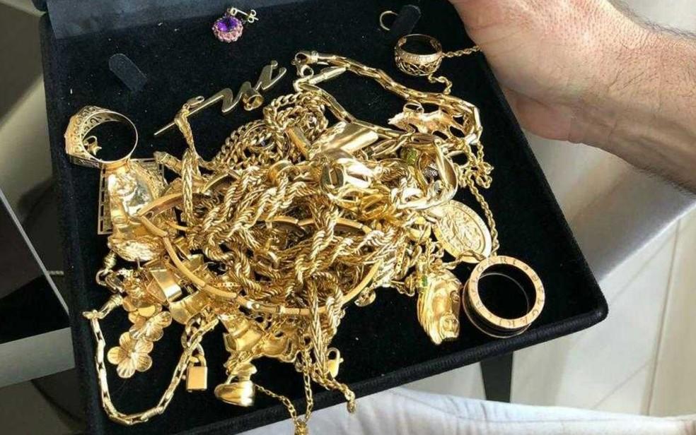 Dezenas de joias foram apreendidas durante a opera��o — Foto: PF/Divulga��o