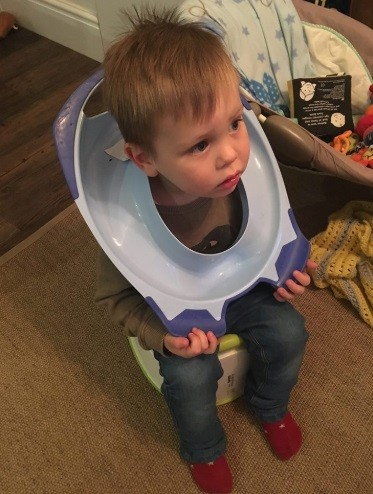 O assento ficou preso na cabeça do garotinho (Foto: Reprodução/ Twitter)
