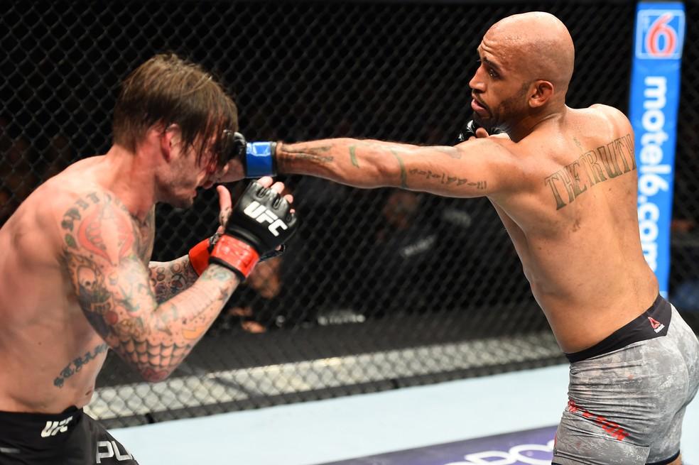 Mike Jackson acerta um golpe em CM Punk no UFC 225 (Foto: Getty Images)