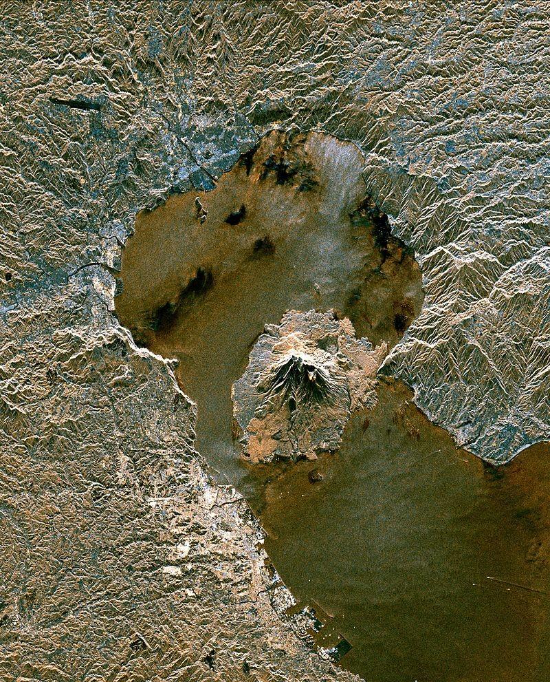 Caldeira vulcânica Aira, com vulcão Sakurajima ao centro, vista do céu (Foto: NASA/JPL-Caltech, via Wikimedia Commons)