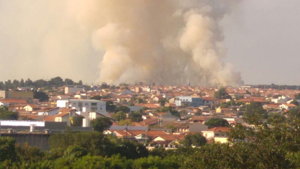Incêndio atinge área verde de Nova Odessa e mobiliza bombeiros
