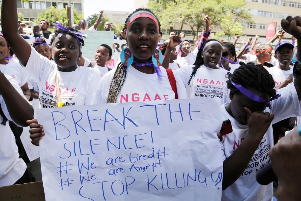 Protesto reuniu mulheres em Nairobi, no Quênia, nesta sexta-feira (8), Dia da Mulher. Queniana segura cartaz com a mensagem 'Quebrem o silêncio! Nós estamos cansadas. Nós estamos bravas. Parem de nos matar' — Foto: Khalil Senosi/ AP