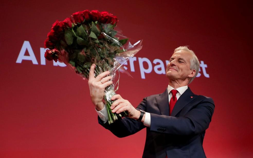 O líder do Partido Trabalhista da Noruega, Jonas Gahr Støre, segura ramalhete de rosas vermelhas em vigília de seu partido durante apuração de eleições parlamentares, em Oslo, na segunda-feira (13) — Foto: Javad Parsa/NTB via Reuters