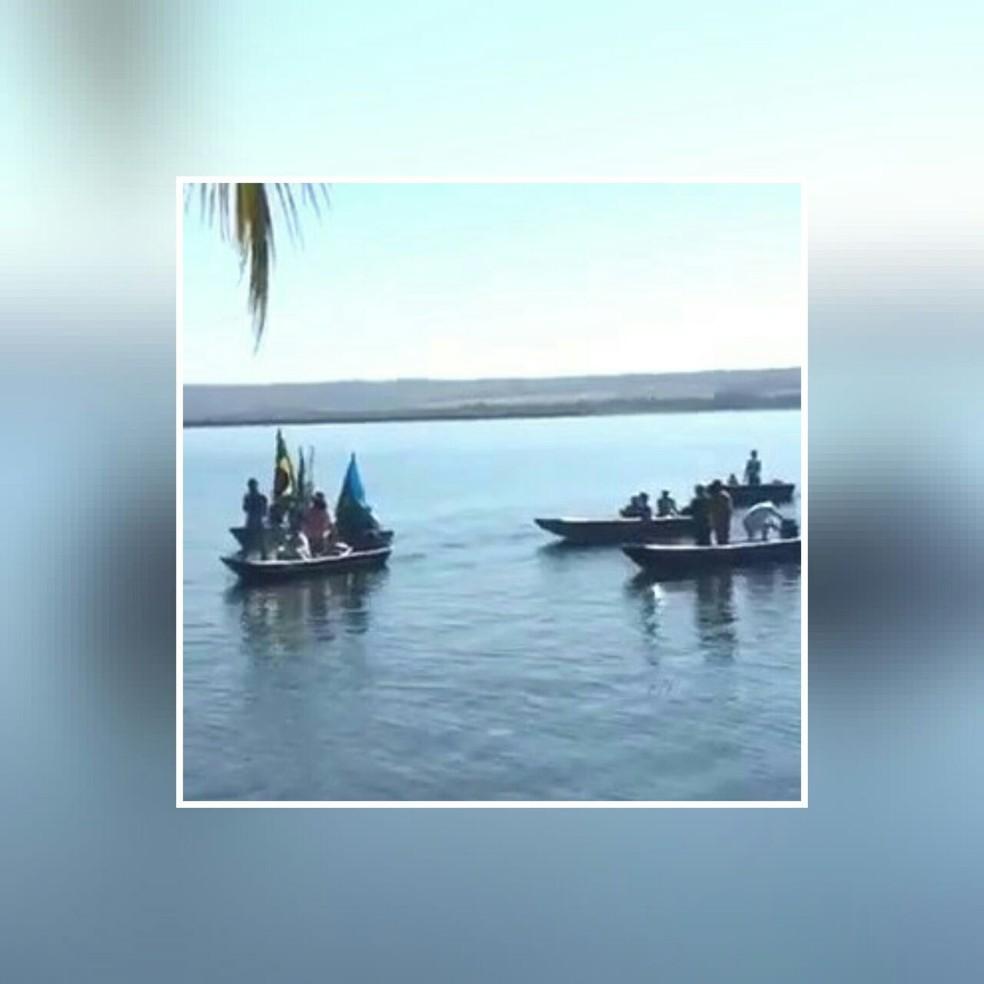 -  Cortejo de barcos foi organizado para celebrar o dia de Nossa Senhora Aparecida nesta quinta-feira  12  em Cachoeira Dourada  Foto: Mislene Marcelino