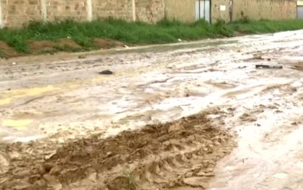 Várias ruas foram tomadas por lama por causa da chuva em Vitória da Conquista, nesta quarta-feira (19). — Foto: Reprodução / TV Sudoeste