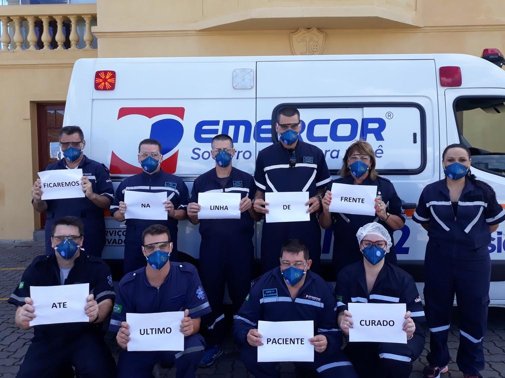 Equipe de emergências médicas de Caxias do Sul (RS) posa com mensagem: 'Ficaremos na linha de frente até último paciente curado' — Foto: Jeferson Dalsasso/Arquivo pessoal via VC no G1