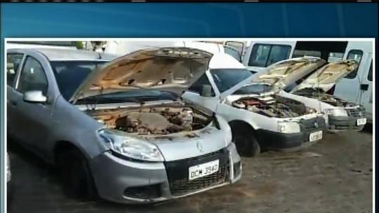 Prefeito no CE exibe em praça carros sucateados deixados pelo antecessor