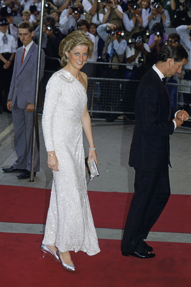 LONDON, UNITED KINGDOM - JUNE 13:  Princess Diana Attending The Film Premiere Of The James Bond Film 'a Licence To Kill.' She is wearing a white, crystal-beaded silk chiffon assymetric gown by Japanese designer Hachi. (Photo by Tim Graham Photo Library vi (Foto: Tim Graham Photo Library via Get)