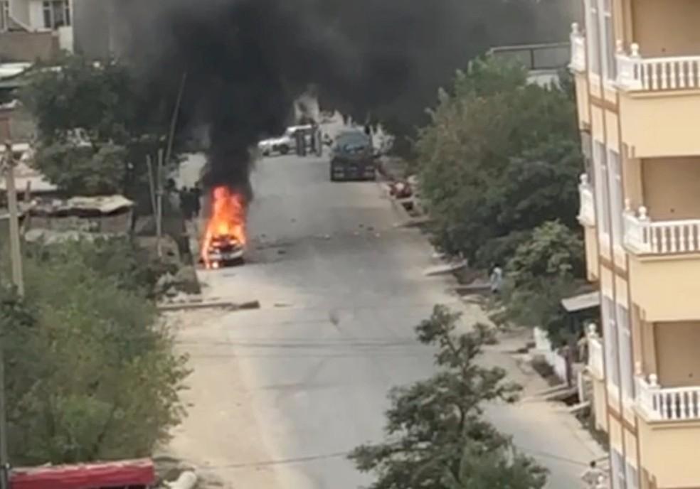 Imagem de carro em chamas que tinha sistema para lançar foguetes contra o aeroporto de Cabul — Foto: Agência de notícia Aamaj/via Reuters