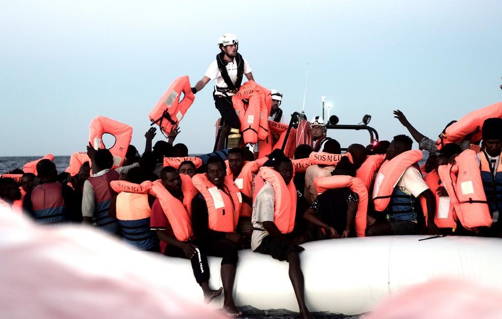 -  Foto de 9 de junho mostra imigrantes sendo resgatados pela tripulação do barco Aquarius, que faz buscas e resgates no Mar Mediterrâneo  Foto: Karpov/