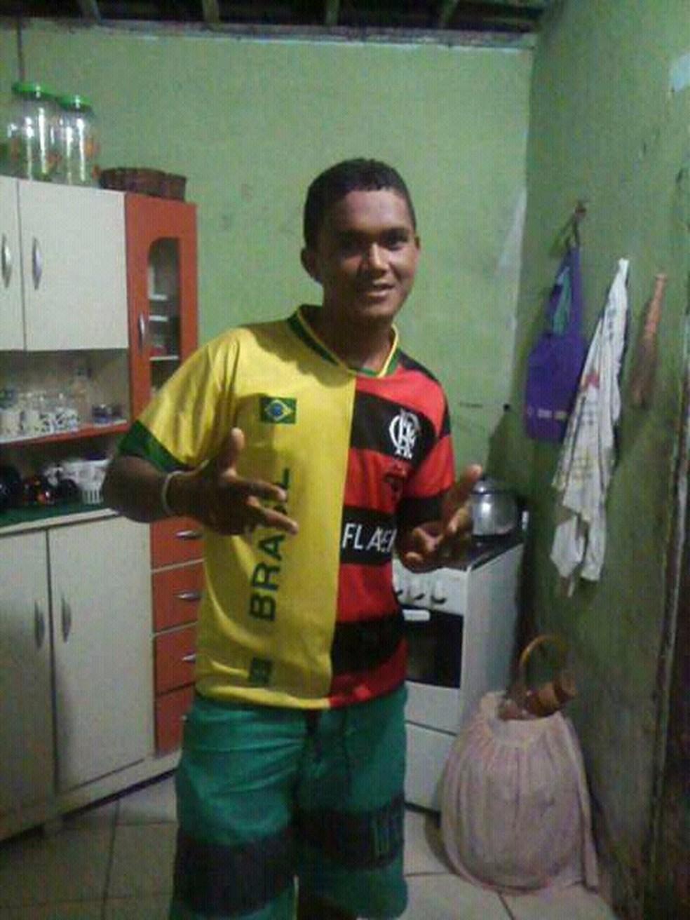 Cristiano Maximiniano Lima, de 20 anos, foi morto a tiros quando ia jogar futebol (Foto: Reprodução)