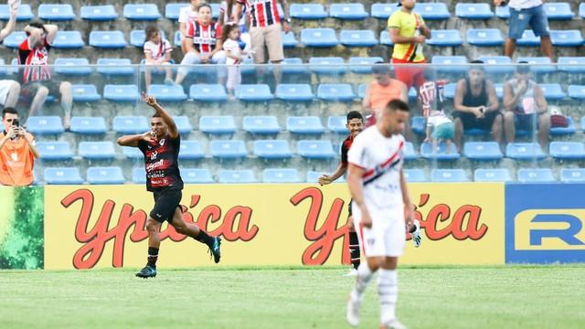 Emerson Catarina comemora gol em duelo contra o Ferroviário