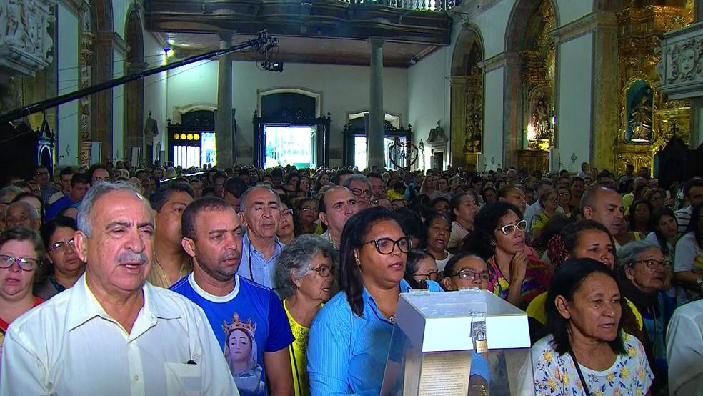 Primeira missa em homenagem a Nossa Senhora do Carmo reuniu centenas de fiéis na basílica em homenagem à santa, no Centro do Recife (Foto: Reprodução/TV Globo)