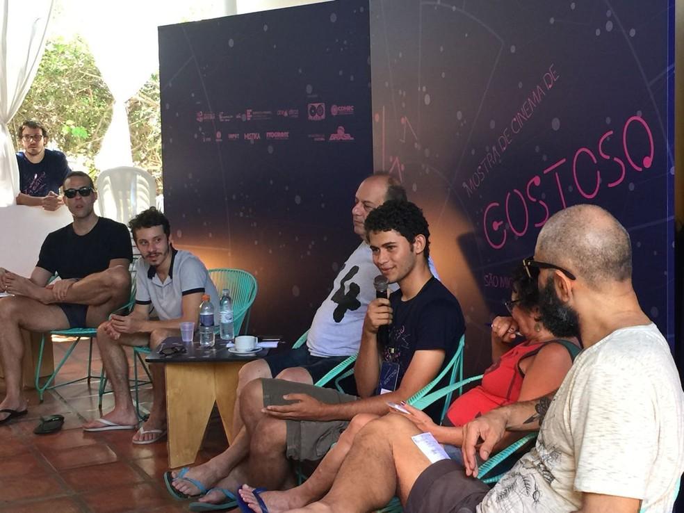 Rubens dos Anjos, 19 anos de idade, participa de roda de conversa com cineastas em São Miguel do Gostoso, no RN (Foto: Camila Pessoa)
