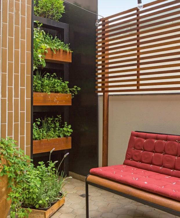 Na varanda de 30 m² de um apartamento no andar térreo, na Vila Madalena, o paisagista Rodrigo Oliveira criou uma horta vertical (Foto: Edu Castello / Editora Globo)