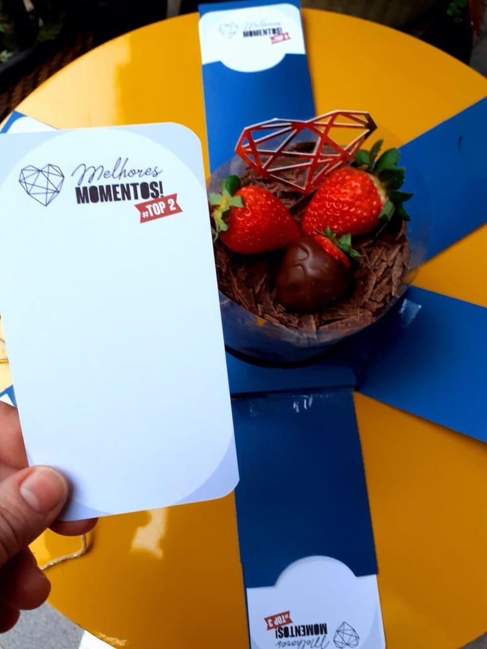 Caixa explosiva com bolo e cartão — Foto: Amor de Brigadeiro/Divulgação