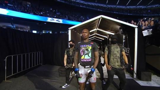Com dança coreografada, Israel Adesanya faz sua entrada no UFC 243