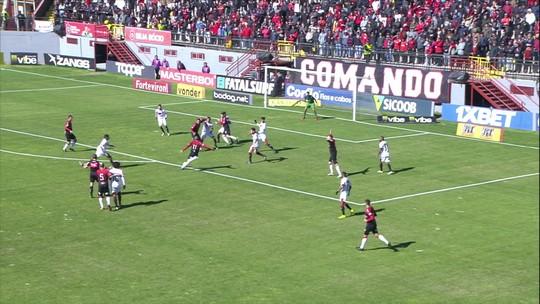 Após lateral, Grampola desvia, e Murilo Rangel chuta de primeira para defesa de Martín, aos 24' do 1º Tempo