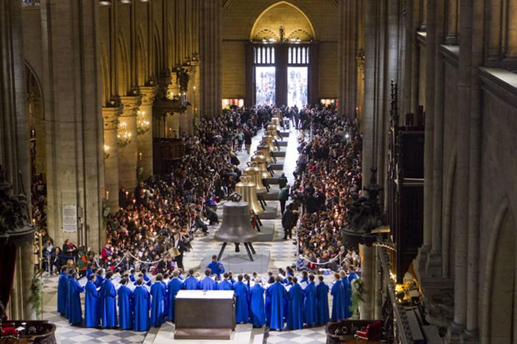 Os oito novos sinos de bronze da catedral Notre Dame de Paris foram abençoados neste sábado — Foto: Gonzalo Fuentes/Reuters