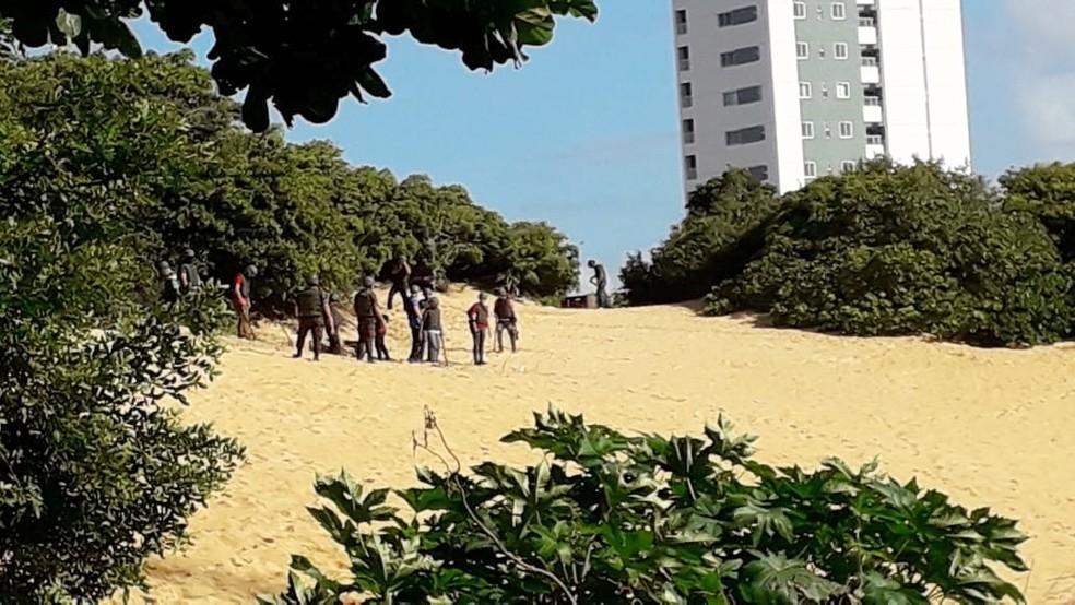 Buscas também são feitas sobre as dunas — Foto: Klênyo Galvão/Inter TV Cabugi