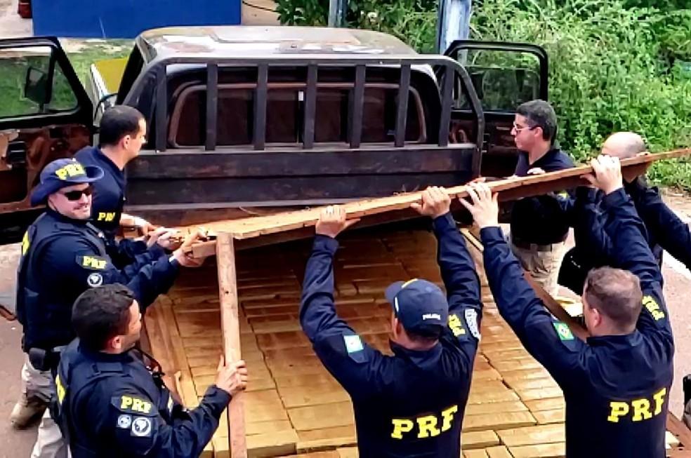 Droga estava em fundo falso de caminhonete abordada pela PRF — Foto: Polícia Rodoviária Federal de Mato Grosso/Assessoria
