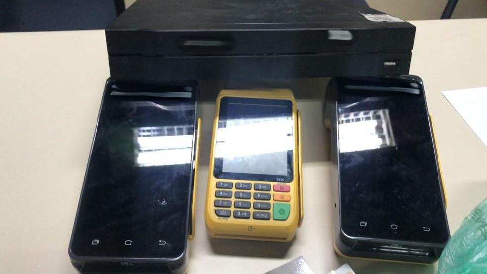 pagamento dos programas era realizado em dinheiro, débito ou crédito em máquinas de cartões, que foram apreendidas — Foto: Divulgação/Polícia Civil
