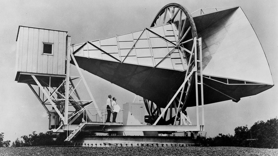 2 Penzias E Wilson Usavam Essa Antena Para Detectar Ondas De Radio Quando Se Depararam Com Um Ruido Estranho