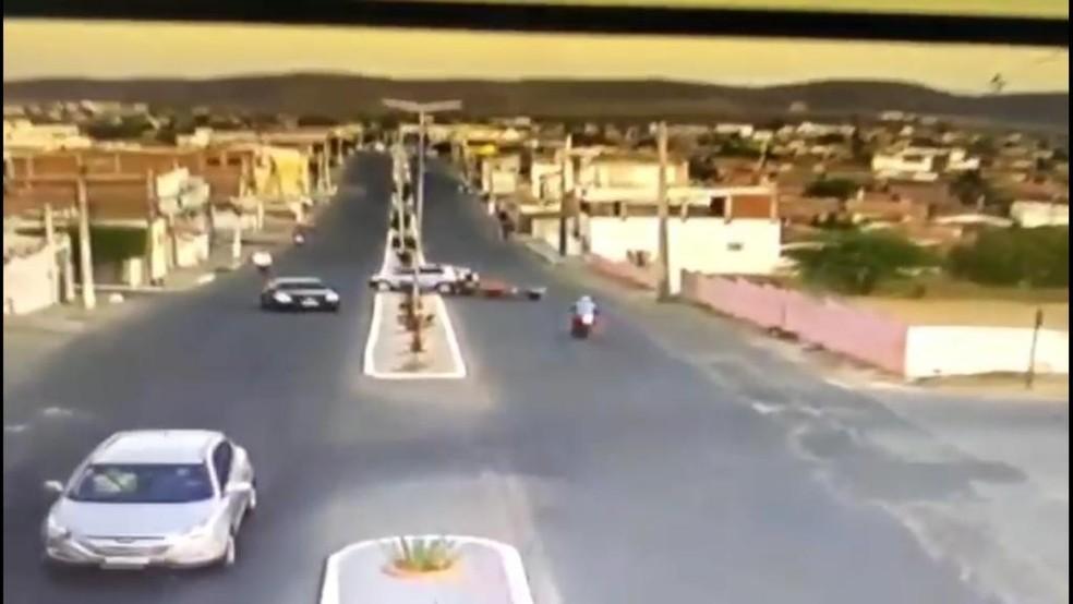 Motociclista perde controle da moto ao tentar desviar de reboque de carro — Foto: Reprodução
