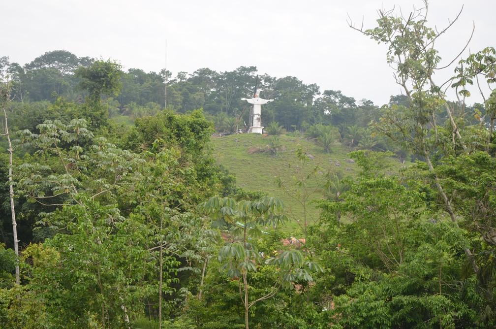 Estátua de Cristo foi colocada no meio da floresta amazônica (Foto: Magda Oliveira/G1)