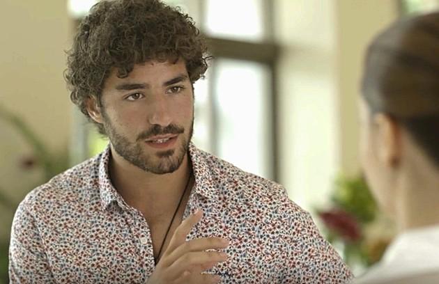 Após viajar para São Paulo atrás de Luna, Juan (José Condessa) precisará voltar com urgência para o México para cuidar do pai (Foto: TV Globo)