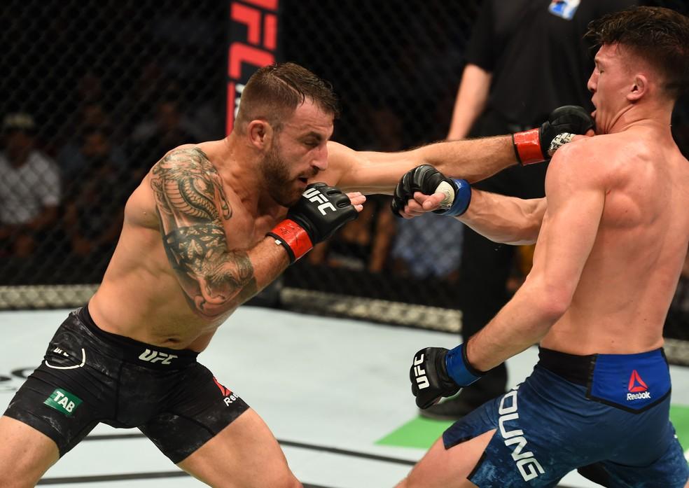 Alex Volkanovski golpeia Shane Young em sua vitória na abertura do card principal do UFC Sydney (Foto: Getty Images)