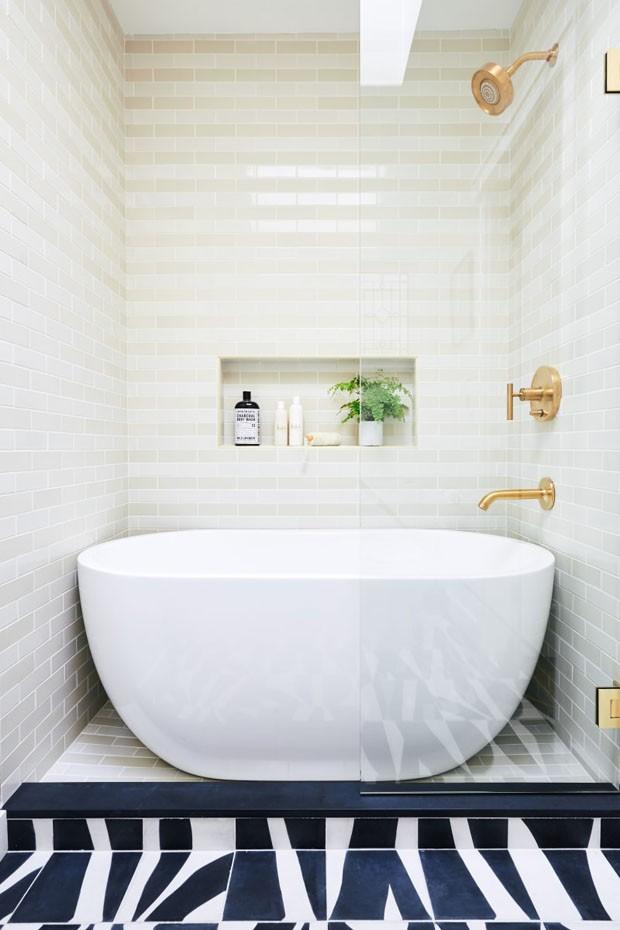 Décor do dia: banheiro com cores neutras e piso marcante (Foto: Colin Price)