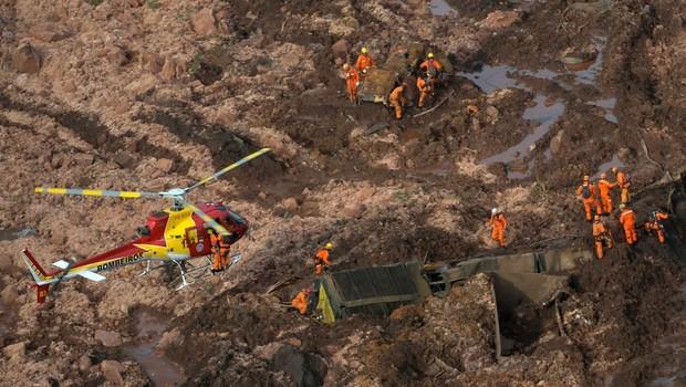 Lama que jorrou após rompimento da barragem em Brumadinho (MG) já chegou ao rio Paraopeba (Foto: CORPO DE BOMBEIROS DE MG via BBC)