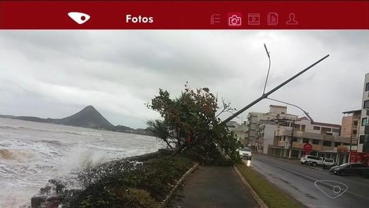 Poste e árvore caem após avanço do mar em Piúma, ES