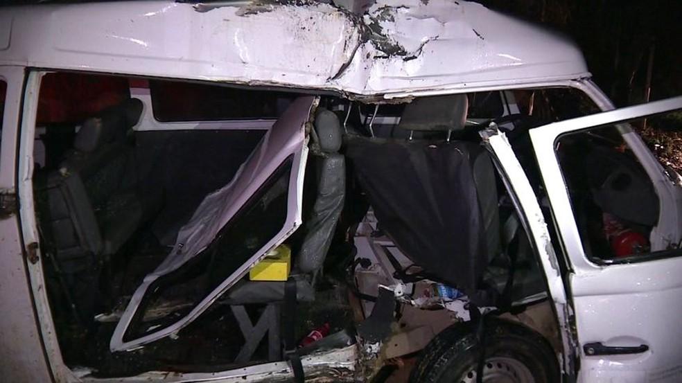 Kombi ficou destruída após a batida em Guaçuí — Foto: Diego Gomes/TV Gazeta