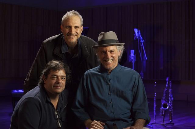 O produtor musical Lipe Portinho, Mário Diamante e o saxofonista e flautista Mauro Senise nos bastidores da série 'Jazz' (Foto: Divulgação)