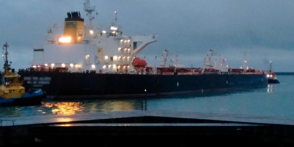 Embarcação deixa o Porto de Suape neste domingo (24) — Foto: Francisco de Assis/Suape