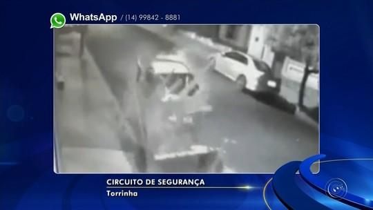 Motorista em alta velocidade bate em carros parados e em carroça; vídeo