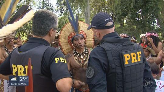 Índios interditam BR-459 em MG em protesto contra Governo Federal
