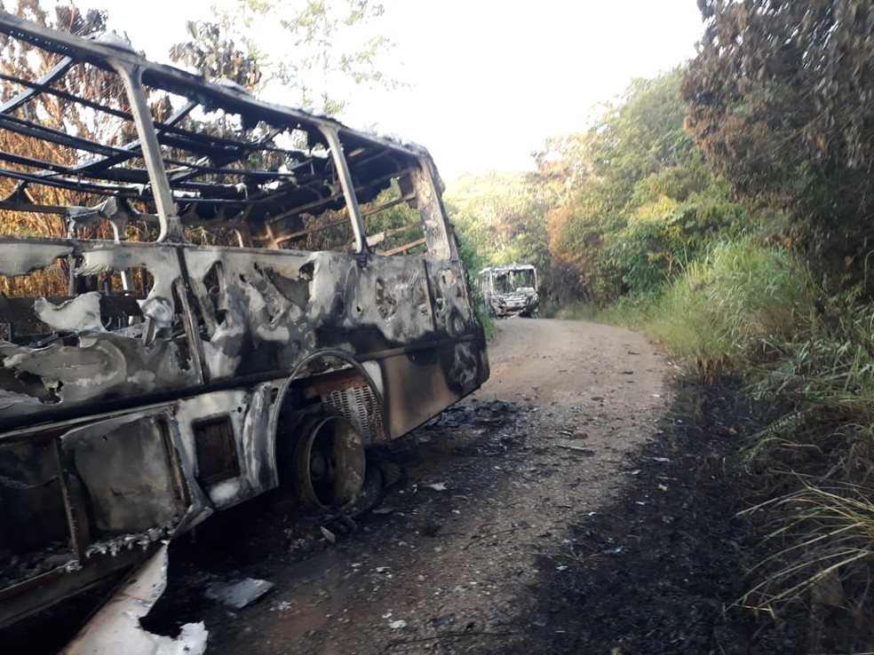 Ônibus foram incendiados na noite de segunda-feira — Foto: Arquivo pessoal