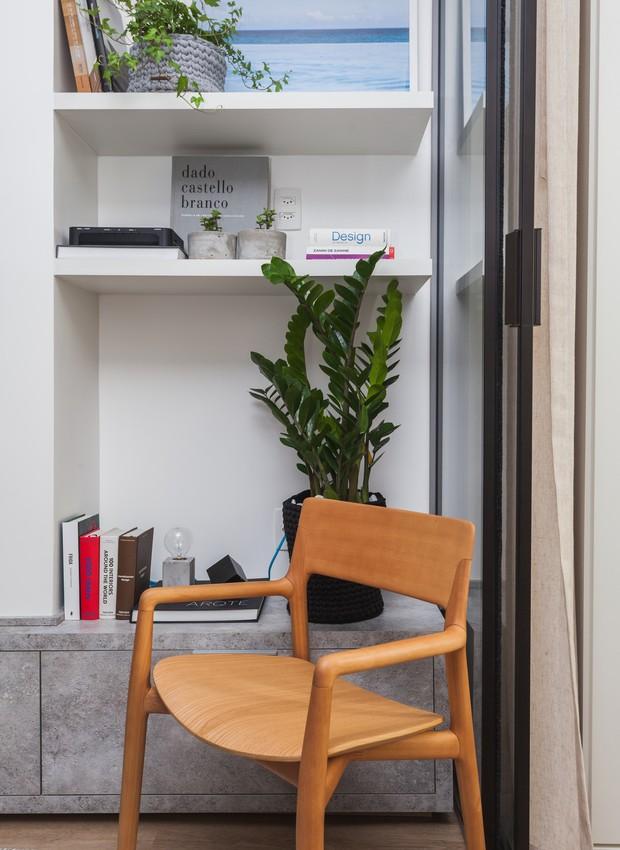 A marcenaria oferece prateleiras que armazenam e exibem decoração e outros compartimentos para manter pertences pessoais (Foto: Divulgação)