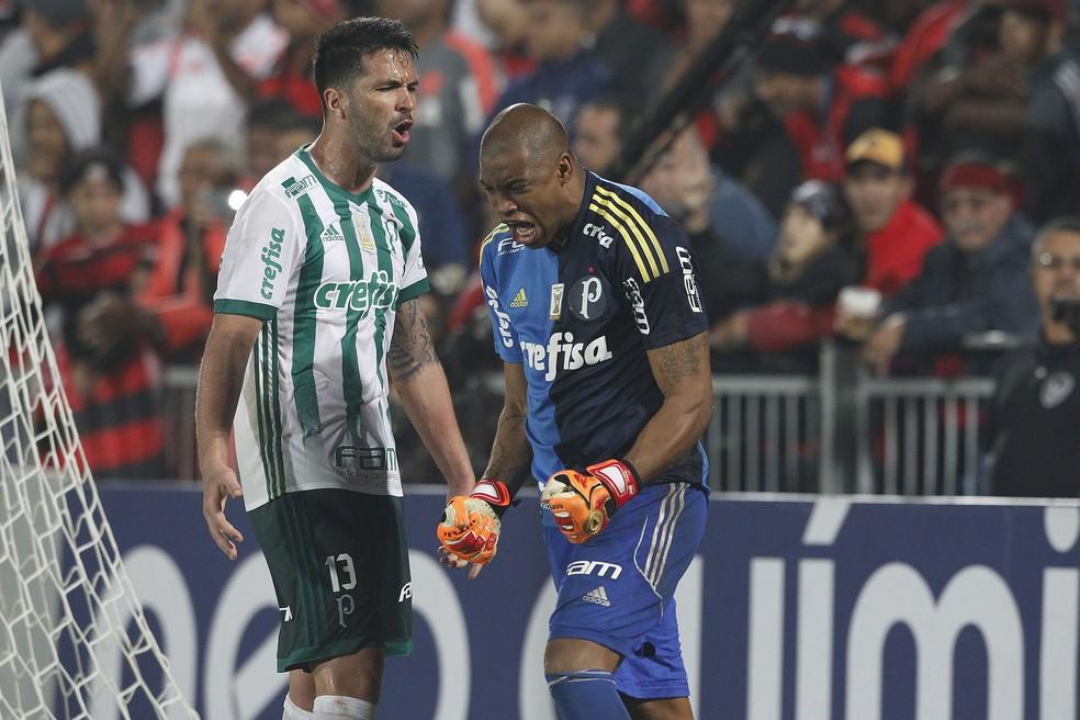 Jailson vibra muito ao lado de Luan, que voltou ao time e não foi bem (Foto: Agência Estado)