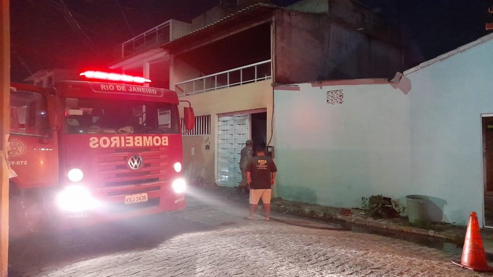 Suspeita é que incêndio em casa em Cabo Frio tenha começado em um curto-circuito — Foto: Larissa Vilarinho/g1